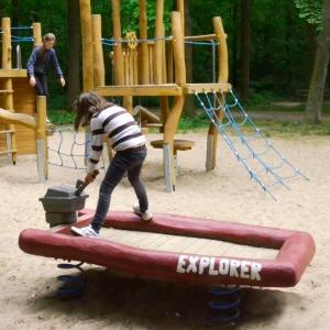 holz, wood, robinie, robinia, spielplatz, playground, federwipper, springer