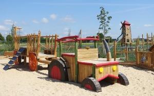 holz, wood, robinie, robinia, spielplatz, playground, bauernhof, farm, tracktor