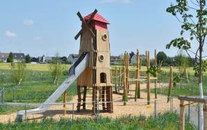 holz, wood, robinie, robinia, spielplatz, playground, bauernhof, farm, windmuehle,