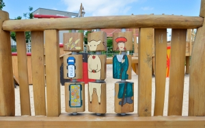 holz, wood, robinie, robinia, spielplatz, playground, bauernhof, farm, drehspiel, rotary play