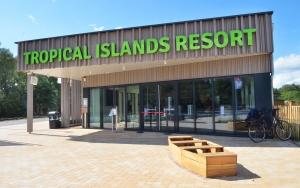 holz, wood, robinie, robinia, spielplatz, playground, tropical island resort, eingang, entrace