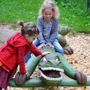 holz, wood, robinie, robinia, spielplatz, playground, wippe, seasaw, krokodil, crocodile