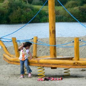 holz, wood, robinie, robinia, spielplatz, playground, wackelboot, wobbly boat