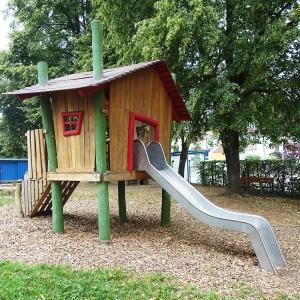 holz, wood, robinie, robinia, spielplatz, playground, spielhaus auf stelzen, playhouse on stilts, U3