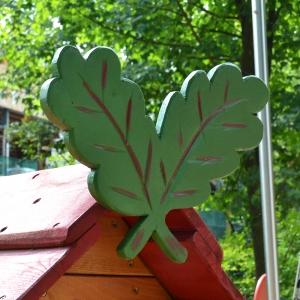 holz, wood, robinie, robinia, spielplatz, playground, spielhaus, playhouse, eichenblaetter, acorn leafs, U3