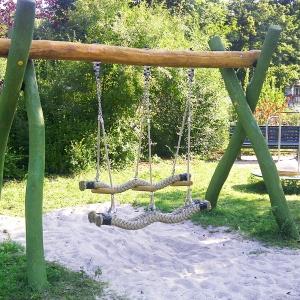 holz, wood, robinie, robinia, spielplatz, playground, generationen schwinger, generation swing, inklusiv, inclusive