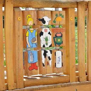holz, wood, robinie, robinia, spielplatz, playground, sinnspiel, sensory game, kleines drehspiel, small sensory game, bauernhof, farm