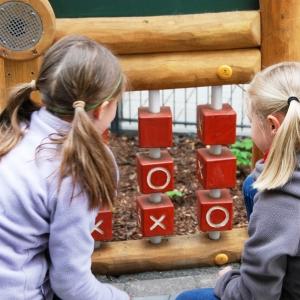 holz, wood, robinie, robinia, spielplatz, playground, sinnspiel, sensory game, handy, mobile phone
