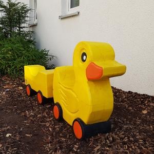 holz, wood, robinie, robinia, spielplatz, playground, spielskulptur, play sculpture, ente auf raedern, duck on wheels
