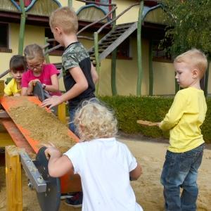 holz, wood, robinie, robinia, spielplatz, playground, sandbaustelle, sand play unit, foerderband, travelling trolley