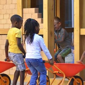 holz, wood, robinie, robinia, spielplatz, playground, spielhaus, baustelle,