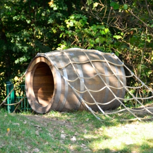 holz, wood, robinie, robinia, spielplatz, playground, holzfass, barrel, netz, net