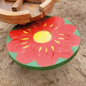 holz, wood, robinie, robinia, spielplatz, playground, backtisch, baking table, blume, flower