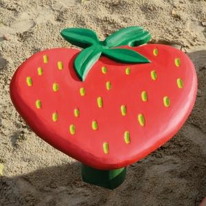 holz, wood, robinie, robinia, spielplatz, playground, backtisch, baking table, erdbeere, strawberry