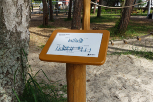 holz, wood, robinie, robinia, spielplatz, playground, ostsee, baltic sea, maritim, maritime, schild, sign